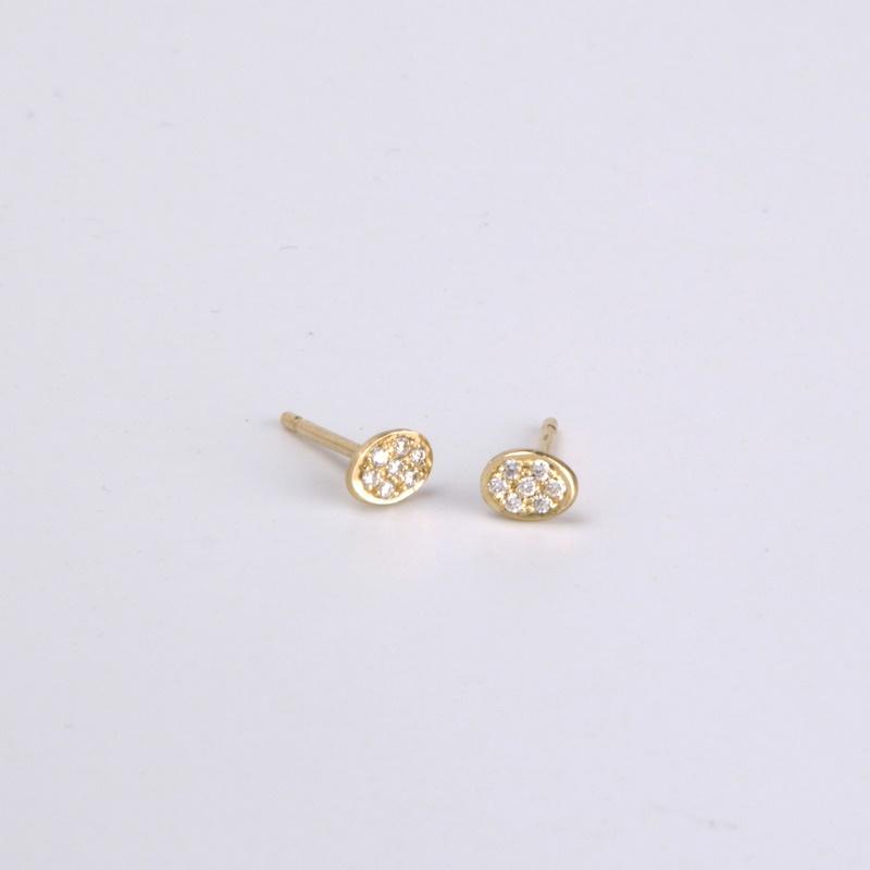 Round stud earrings with Diamonds
