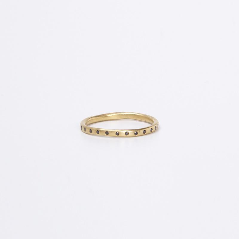 טבעת עקמומית משובצת יהלומים שחורים כן – לא