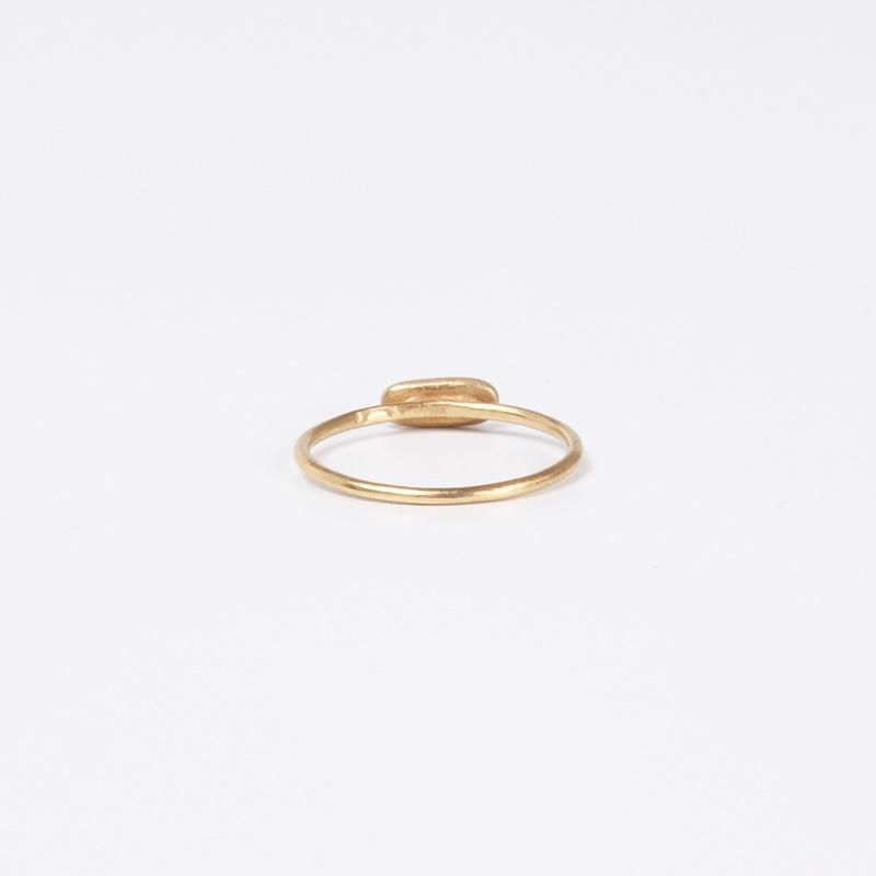 טבעת דקיקה עם מלבן משובץ שלושה יהלומים שחורים