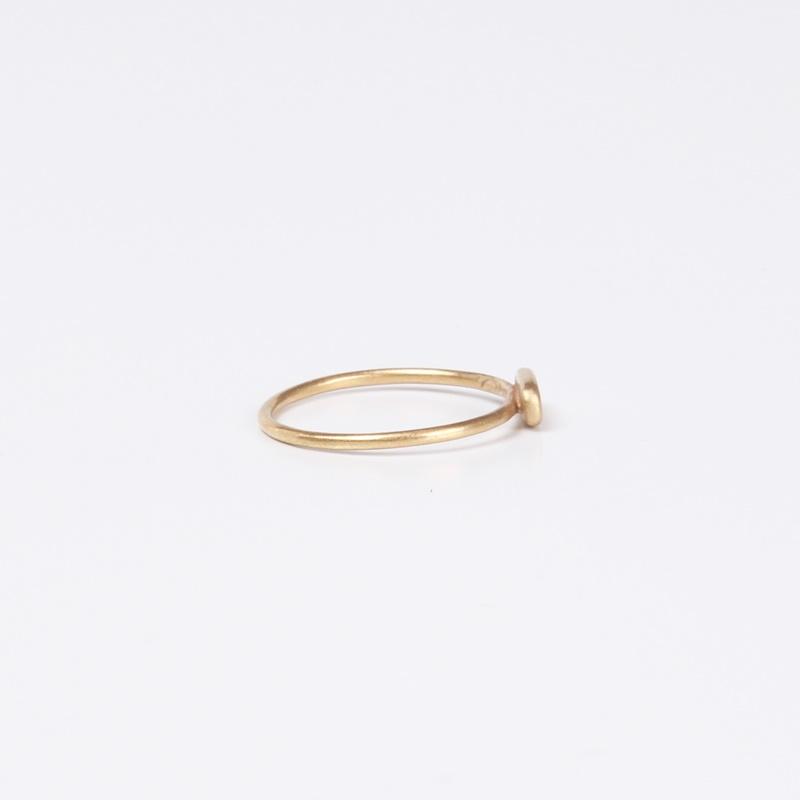 טבעת דקיקה עם מלבן משובץ יהלומים שחורים