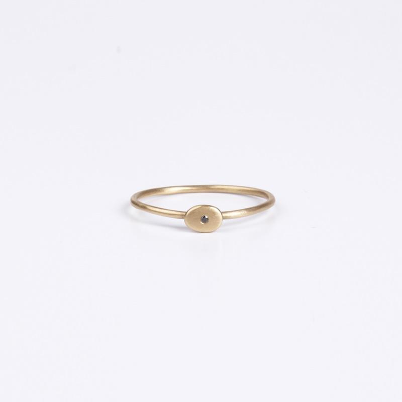 טבעת דקיקה עם אובל משובץ יהלום שחור