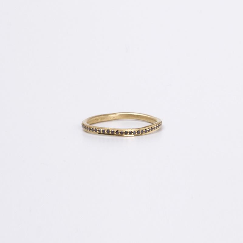 טבעת עקמומית משובצת יהלומים שחורים סביב